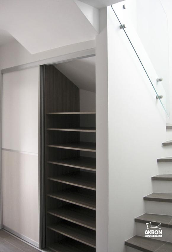omra-pod-stopnicami